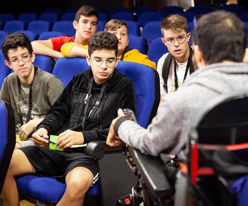Jóvenes prestan atención a una charla de sensibilización de Adivia.