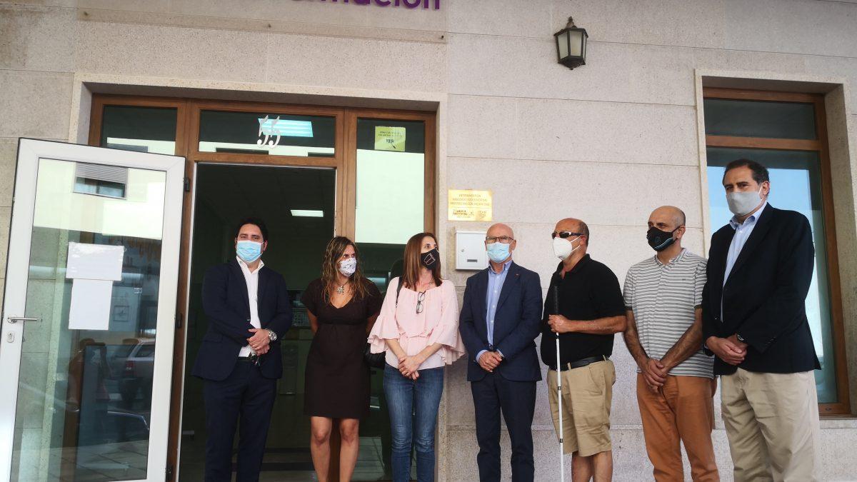 Diputado del común, junto a miembros de la junta directiva de Adivia en las puertas del centro Diferentes e Iguales